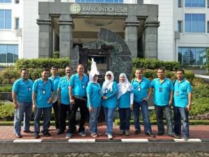 Panitia di depan gedung BI Bandung